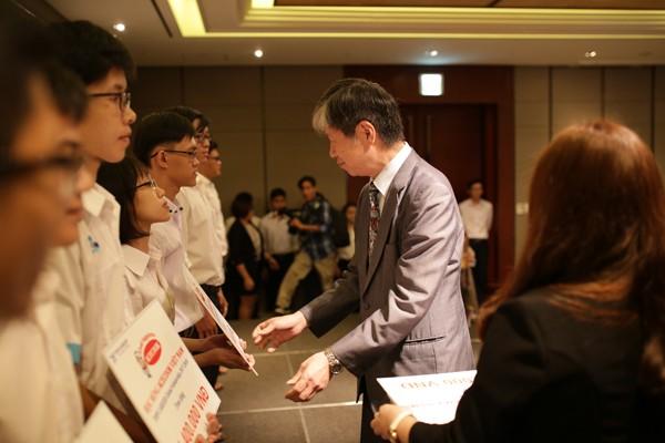 Acecook Việt Nam trao 60 học bổng đồng hành cùng sinh viên vượt khó - ảnh 1