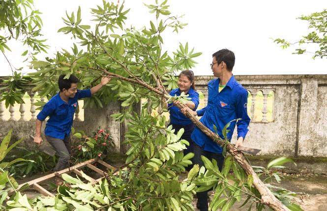 Áo xanh tình nguyện giúp dân chống bão số 10 - ảnh 4