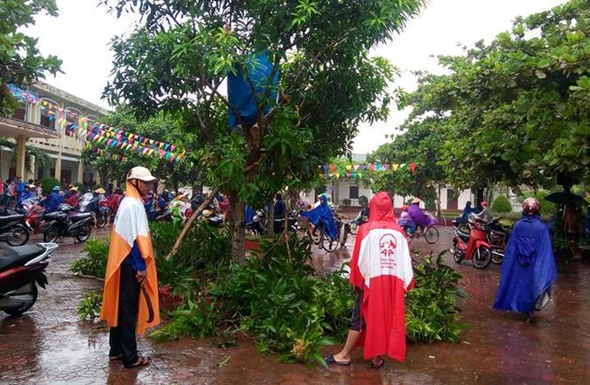 Áo xanh tình nguyện giúp dân chống bão số 10 - ảnh 5