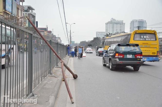 Xe buýt đâm đổ cột đèn chiếu sáng, ủi tung hàng rào sắt - ảnh 2