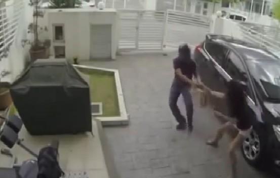 10 video 'hot': Tên cướp táo tợn xông vào nhà giật túi xách - ảnh 1