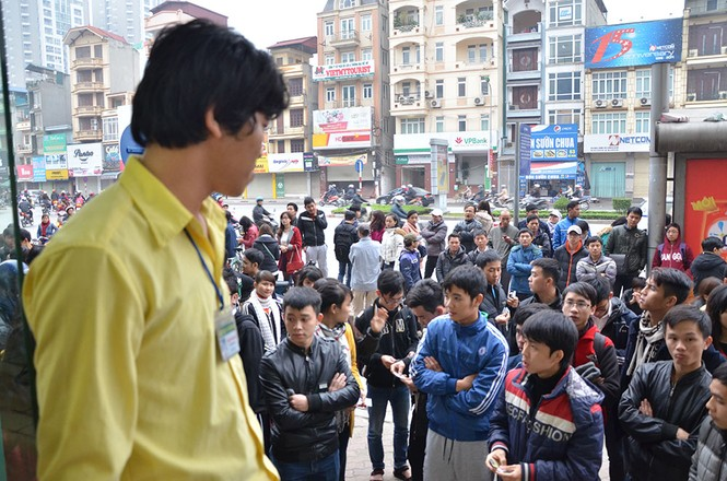 Hàng trăm người xếp hàng từ tờ mờ sáng mua vé xe Tết - ảnh 8