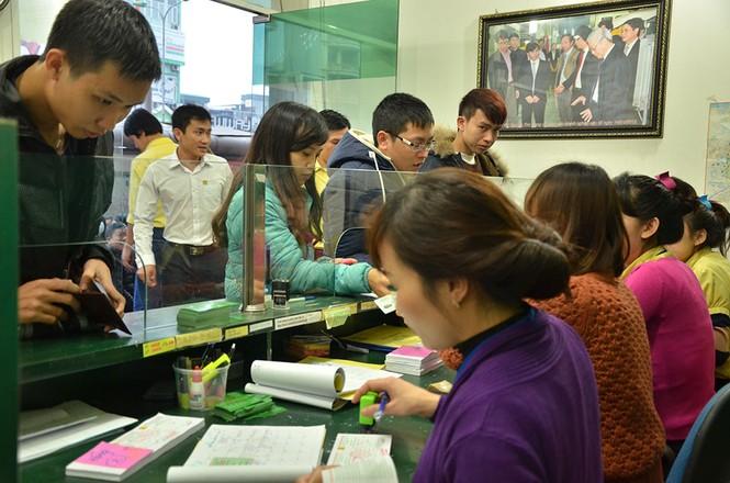 Hàng trăm người xếp hàng từ tờ mờ sáng mua vé xe Tết - ảnh 9