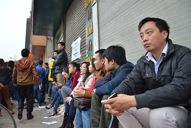 Hàng trăm người xếp hàng từ tờ mờ sáng mua vé xe Tết - ảnh 3