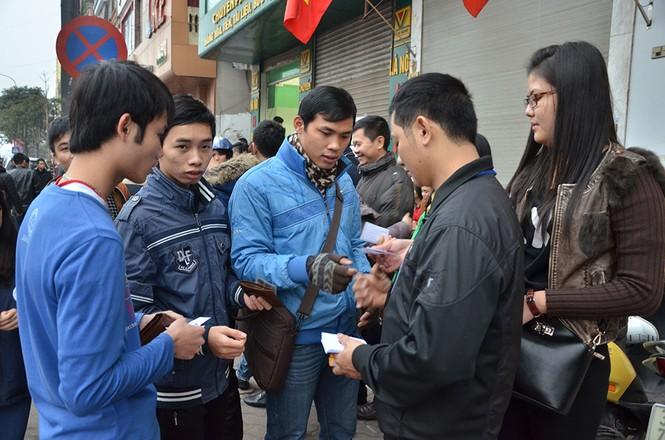 Hàng trăm người xếp hàng từ tờ mờ sáng mua vé xe Tết - ảnh 5