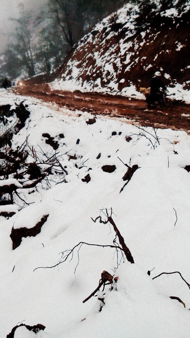 """Dân """"phượt"""" vượt đường lầy lội lên Y Tý ngắm tuyết - ảnh 7"""
