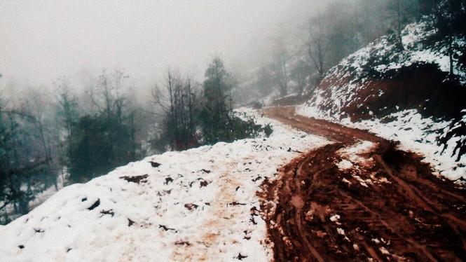 """Dân """"phượt"""" vượt đường lầy lội lên Y Tý ngắm tuyết - ảnh 6"""