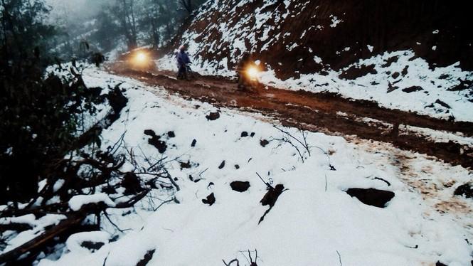 """Dân """"phượt"""" vượt đường lầy lội lên Y Tý ngắm tuyết - ảnh 5"""