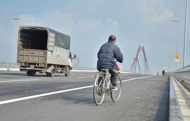 Kiên quyết xử lý trường hợp dừng đỗ xe trên cầu Nhật Tân - ảnh 2