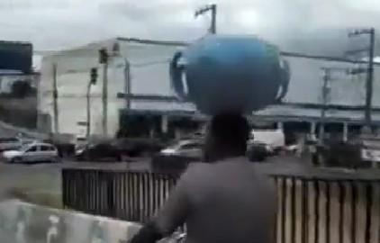 10 video 'hot': Đang lái máy xúc bị khối đá chục tấn đè bẹp - ảnh 2
