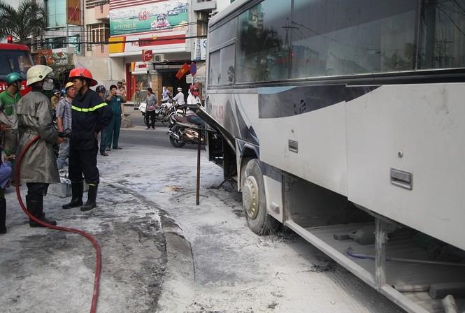 Đang chạy, xe đưa đón học sinh bất ngờ cháy nghi ngút - ảnh 2