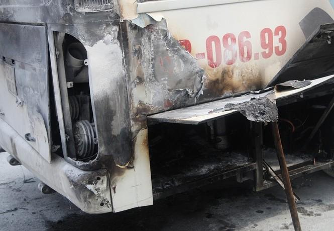 Đang chạy, xe đưa đón học sinh bất ngờ cháy nghi ngút - ảnh 1