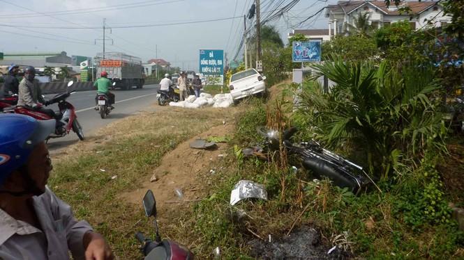 Ô tô hất tung xe máy, 3 người nhập viện - ảnh 1