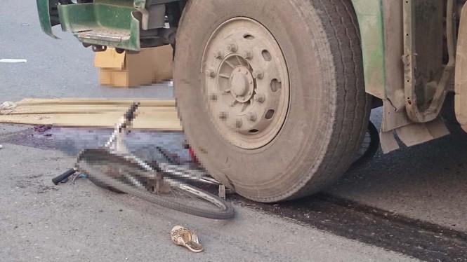 Bị xe ben kéo lê 10 mét, một phụ nữ chết thảm - ảnh 2