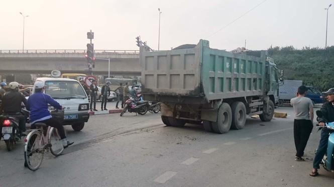 Bị xe ben kéo lê 10 mét, một phụ nữ chết thảm - ảnh 1