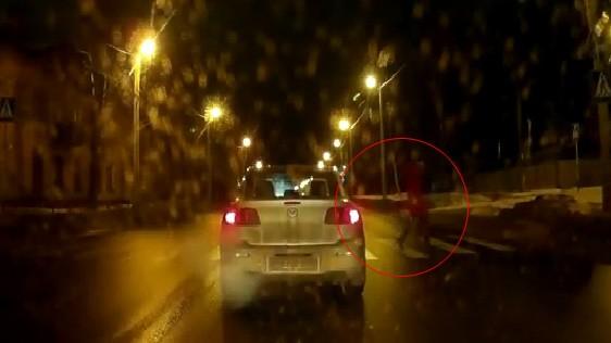 10 video 'hot': Thiếu nữ khỏa thân đánh đu trên cây  - ảnh 9
