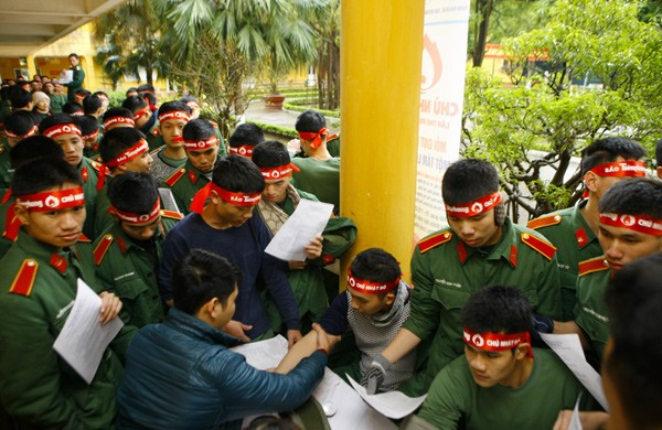 Sinh viên học viện Hậu Cần nô nức tham gia Ngày Chủ Nhật Đỏ - ảnh 13