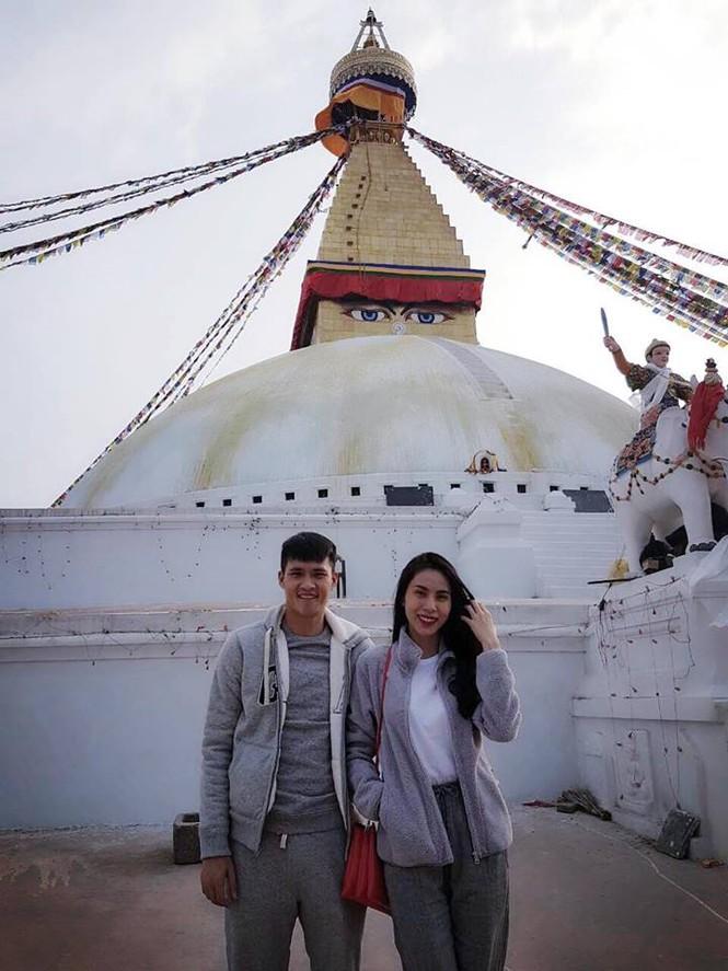 Công Vinh cùng Thủy Tiên đi chùa ở Nepal - ảnh 1