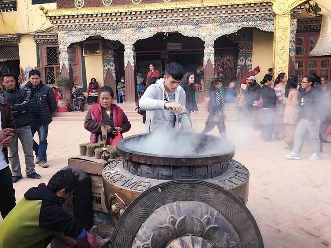 Công Vinh cùng Thủy Tiên đi chùa ở Nepal - ảnh 4