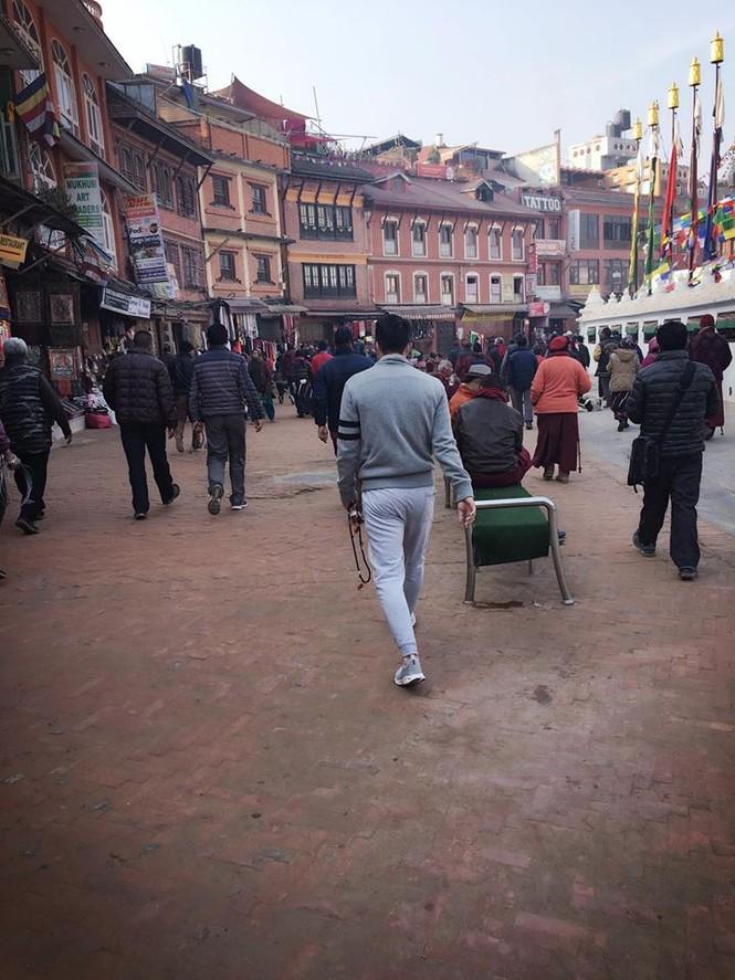 Công Vinh cùng Thủy Tiên đi chùa ở Nepal - ảnh 5