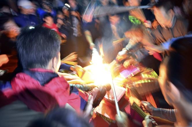 Già trẻ, gái trai chạy đua xin lửa lấy may đầu năm mới - ảnh 8