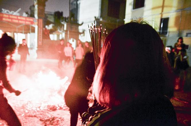 Già trẻ, gái trai chạy đua xin lửa lấy may đầu năm mới - ảnh 15