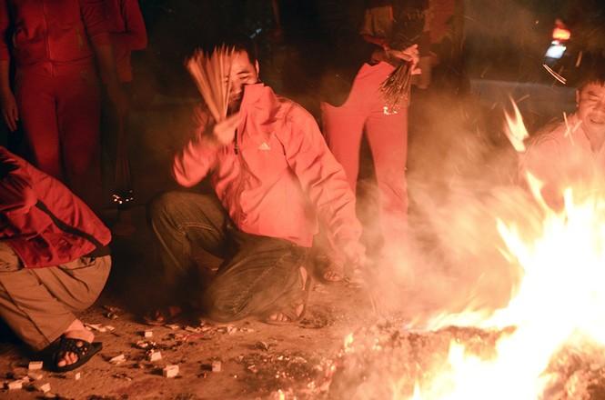 Già trẻ, gái trai chạy đua xin lửa lấy may đầu năm mới - ảnh 14