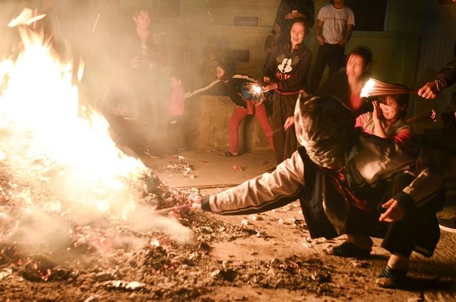 Già trẻ, gái trai chạy đua xin lửa lấy may đầu năm mới - ảnh 13