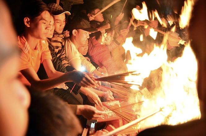 Già trẻ, gái trai chạy đua xin lửa lấy may đầu năm mới - ảnh 10