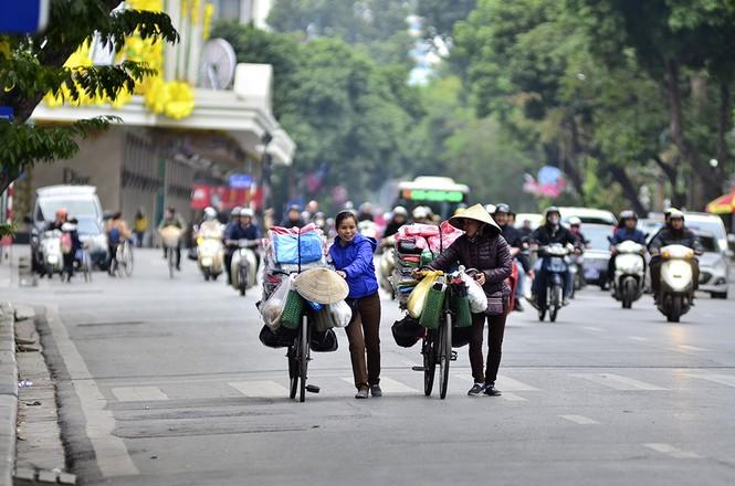 Người dân Thủ đô trong ngày chuyển rét - ảnh 16