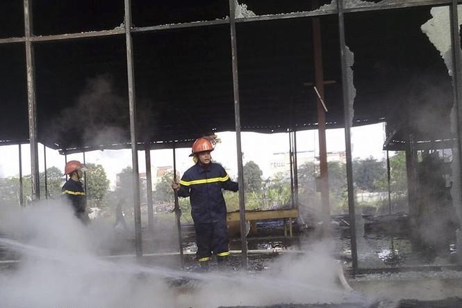 Khu nhà hoang thành tro bụi sau gần 1 giờ trong biển lửa - ảnh 1