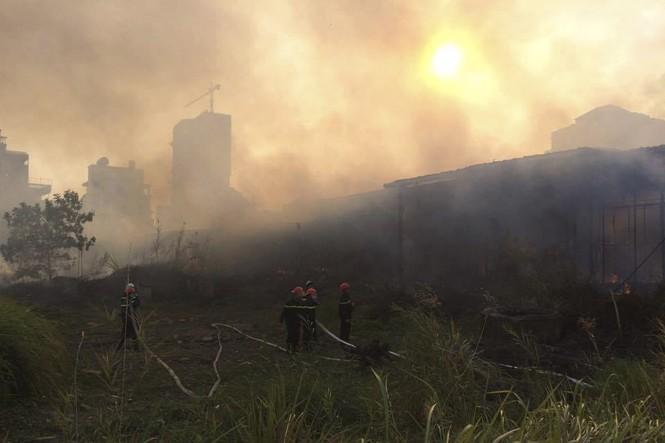 Khu nhà hoang thành tro bụi sau gần 1 giờ trong biển lửa - ảnh 2