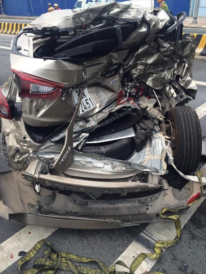 'Dính đòn' của xe đầu kéo, Mazda 3 biến hình kỳ quái - ảnh 1