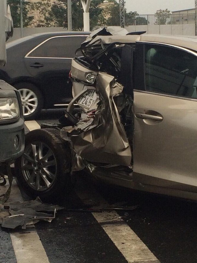 'Dính đòn' của xe đầu kéo, Mazda 3 biến hình kỳ quái - ảnh 2