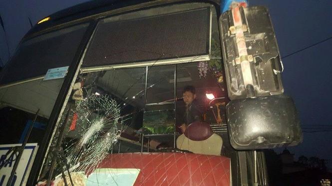 Xe khách bị 'dằn mặt' đập vỡ kính trong đêm - ảnh 1