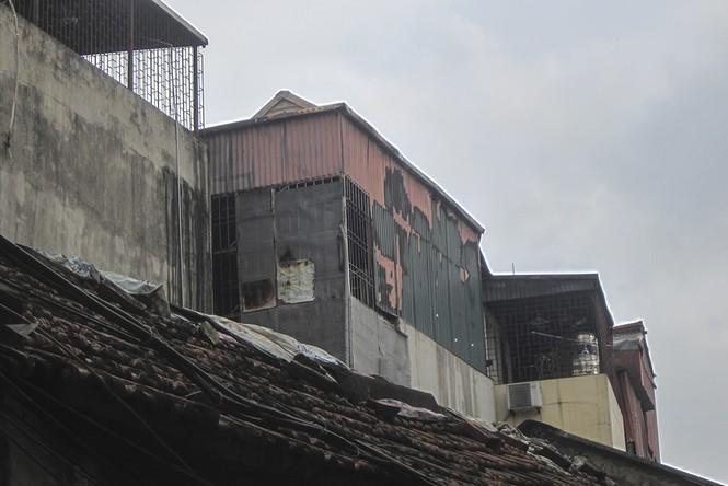 Lửa 'nuốt' 3 nhà trên phố Minh Khai, khói đen cả góc trời - ảnh 4