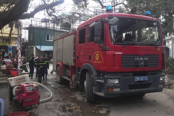 Lửa 'nuốt' 3 nhà trên phố Minh Khai, khói đen cả góc trời - ảnh 2