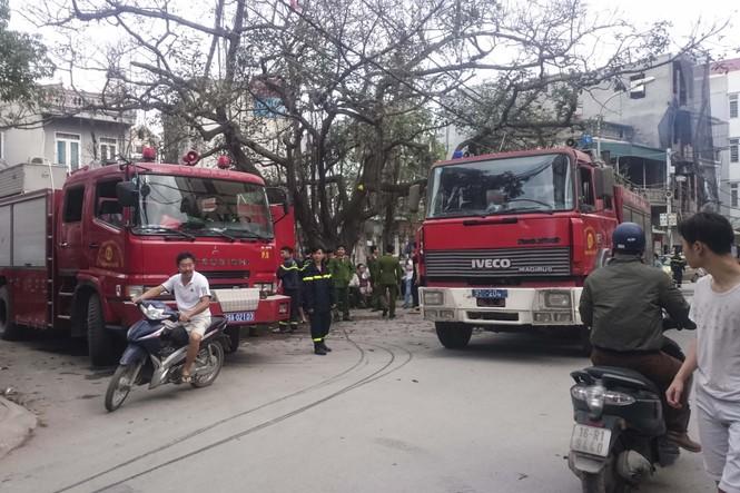Lửa 'nuốt' 3 nhà trên phố Minh Khai, khói đen cả góc trời - ảnh 1