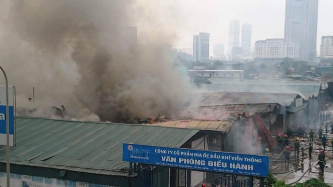 Cháy kho hàng rộng 500m2 trên đường Phạm Hùng, khói đen mù trời - ảnh 4