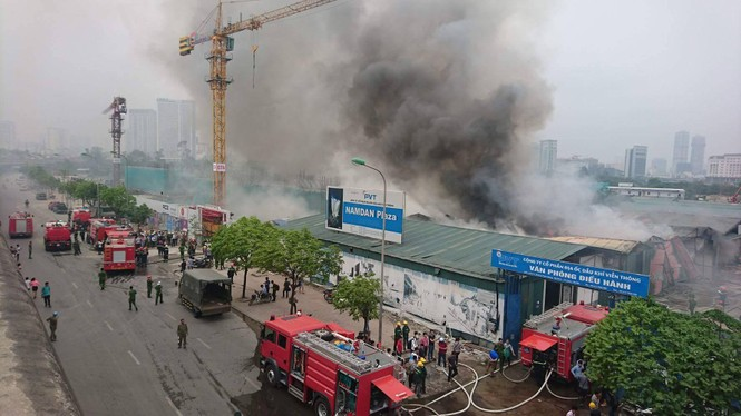 Cháy kho hàng rộng 500m2 trên đường Phạm Hùng, khói đen mù trời - ảnh 5