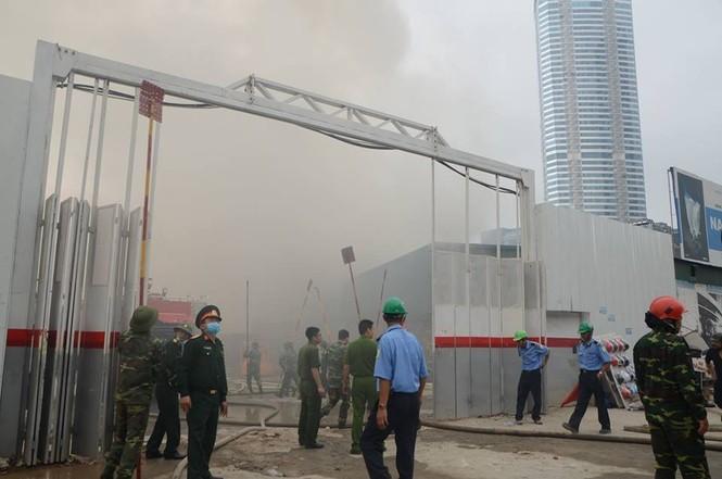 Cháy kho hàng rộng 500m2 trên đường Phạm Hùng, khói đen mù trời - ảnh 7
