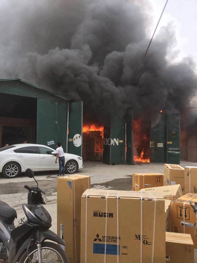 Cháy kho hàng rộng 500m2 trên đường Phạm Hùng, khói đen mù trời - ảnh 3