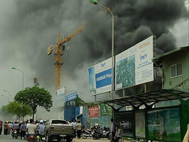 Cháy kho hàng rộng 500m2 trên đường Phạm Hùng, khói đen mù trời - ảnh 1