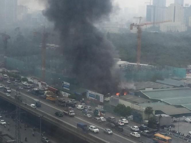 Cháy kho hàng rộng 500m2 trên đường Phạm Hùng, khói đen mù trời - ảnh 2