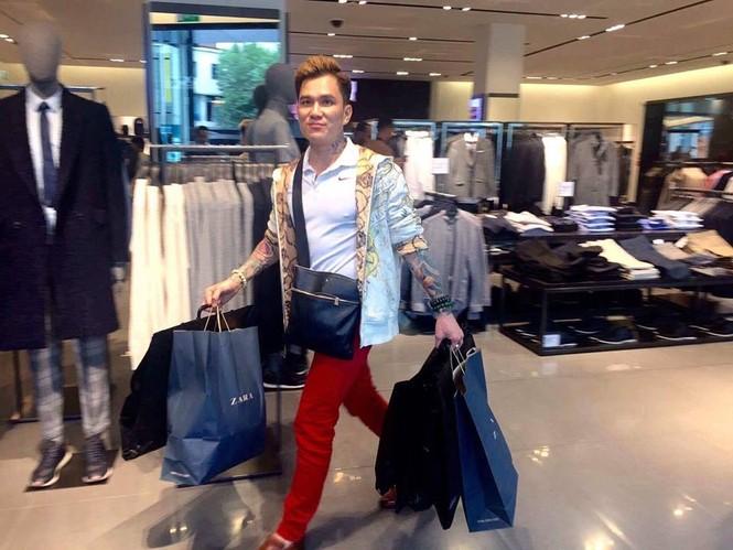 Lâm Chấn Huy 'nghiện' mua sắm tại Anh - ảnh 6