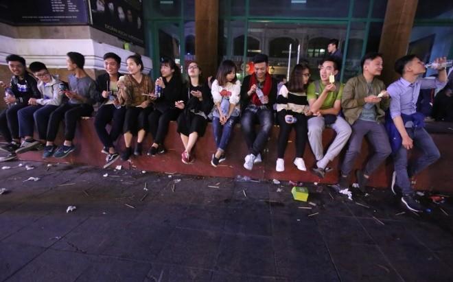 Rác ngập trung tâm Hà Nội sau lễ đón năm mới  - ảnh 1