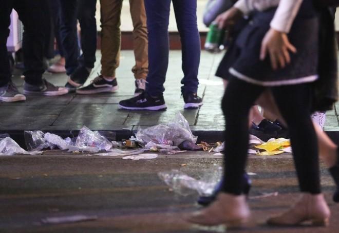 Rác ngập trung tâm Hà Nội sau lễ đón năm mới  - ảnh 2