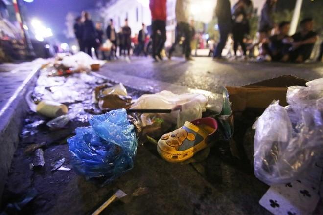 Rác ngập trung tâm Hà Nội sau lễ đón năm mới  - ảnh 3