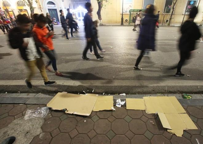 Rác ngập trung tâm Hà Nội sau lễ đón năm mới  - ảnh 5