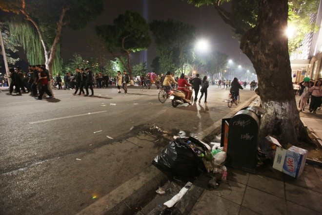 Rác ngập trung tâm Hà Nội sau lễ đón năm mới  - ảnh 7